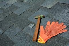 Mening over Asphalt Roofing Shingles Background Dakdakspanen - Dakwerk Asphalt Roofing Shingles Hammer, Handschoenen en Spijkers Stock Foto's
