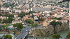 Mening over auto van kabelbaan onder daken van Oude stad Tbilisi, Georgië stock footage