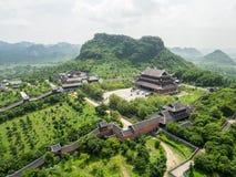 Mening over Bai Dinh-tempel in Ninh Binh Stock Fotografie