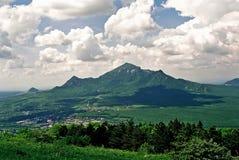 Mening over berg Beshtau stock afbeelding