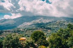 Mening over berg met lage hangende wolken en groene bomen Zuid-Kreta keurige Rethymno, Griekenland Stock Afbeelding