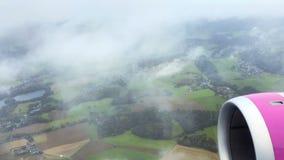 Mening over bos van vliegtuig stock video