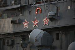 Mening over bovenbouw van havenkant in middendeel van Russische torpedojager Close-up royalty-vrije stock foto