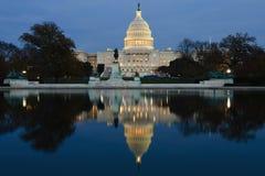 Mening over Capitool in Washington DC op schemer Stock Foto's