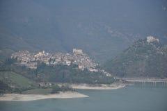 Mening over Castel di Tora-dorp en Antuni-kasteel, Lazio gebied, Italië Royalty-vrije Stock Afbeeldingen