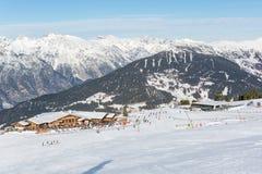 Mening over chalet ` Zirbenhuette ` in de skitoevlucht Serfaus Fiss Ladis in Oostenrijk royalty-vrije stock foto