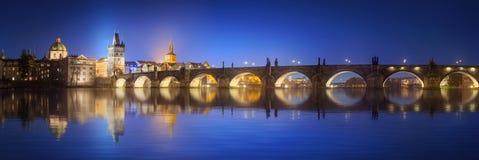 Mening over Charles Bridge in Praag bij nacht stock afbeelding