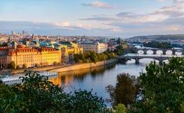 Mening over Charles-brug over Vltava-rivier in Praag, hoofdstad Stock Foto