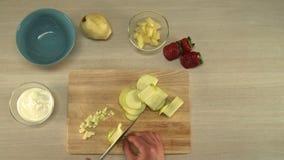 Mening over chef-kok scherpe appel voor fruitsalade stock footage