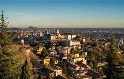 Mening over Citta Alta of Oude Stadsgebouwen in de oude stad van Bergamo, Lombardia, Italië op een duidelijke die dag, wordt geve Royalty-vrije Stock Foto's