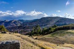 Mening over Cusco Peru met blauwe hemel en wolken Royalty-vrije Stock Foto's