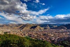 Mening over Cusco Peru met blauwe hemel en wolken Royalty-vrije Stock Foto