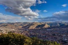 Mening over Cusco Peru met blauwe hemel en wolken Stock Afbeelding