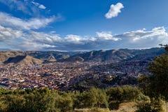 Mening over Cusco Peru met blauwe hemel en wolken Stock Foto