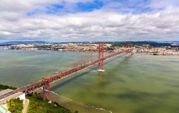 Mening over 25 DE Abril Bridge - Lissabon Stock Fotografie