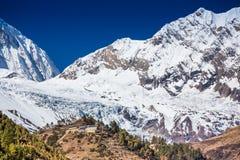 Mening over de bergenlandschap van Himalayagebergte met klooster Royalty-vrije Stock Fotografie