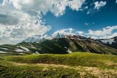 Mening over de bergketen op de zonnige dag. Royalty-vrije Stock Afbeeldingen