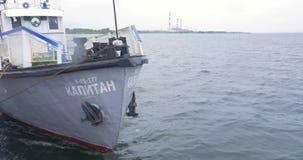 Mening over de boog van varend schip Het varen boot vooraanzicht in het overzees Het containerschip zwemt op het overzees stock videobeelden