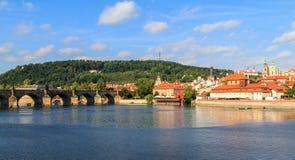 Mening over de Charles-brug in Praag stock foto