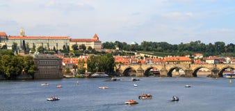 Mening over de Charles-brug in Praag stock afbeelding