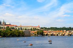 Mening over de Charles-brug in Praag stock foto's