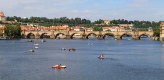 Mening over de Charles-brug in Praag royalty-vrije stock afbeeldingen