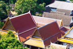 Mening over de daken met tegels in de tempel die van Bangkok worden behandeld Stock Afbeeldingen