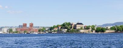 Mening over de Fjordhaven van Oslo en Akershus-Vestingspanorama stock fotografie