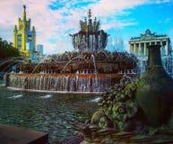 Mening over de fontein van de steenbloem bij VDNH in Moskou, Rusland Royalty-vrije Stock Foto's