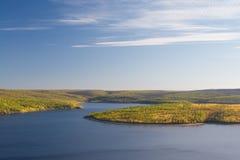 Mening over de herfstlandschap van rivier en bomen in zonnige dag Stock Foto