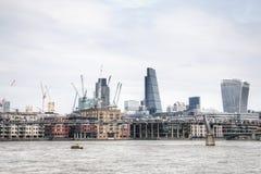 Mening over de horizon van Londen van de rivier van Theems, Londen, het UK Royalty-vrije Stock Afbeeldingen