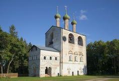 Mening over de klokketoren van Rostov Boris en Gleb-klooster op een de zomerdag Yaroslavlgebied Stock Foto