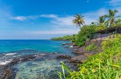 Mening over de oceaan en Rotsachtige kustlijn, Groot Eiland, Hawaï Royalty-vrije Stock Foto's