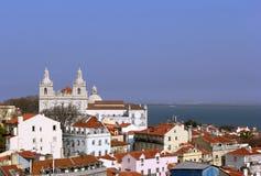 Mening over de oude daken en de basiliek in het centrum van Lissabon Royalty-vrije Stock Foto