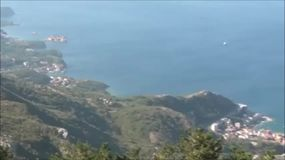 Mening over de overzeese kust in Montenegro stock video
