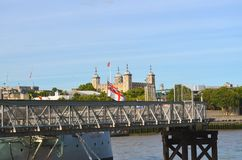Mening over de pier van het museumschip ` Belfast ` aan de Toren van Londen royalty-vrije stock foto's