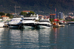 Mening over de pijler met boten in Budva Stock Foto's