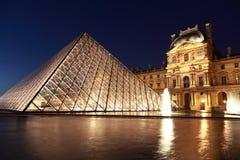 Mening over de Piramide en Pavillon Rishelieu van het Louvre Stock Fotografie