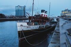 Mening over de rivier Clyde en de oude stoomboot op het dok in de avond royalty-vrije stock afbeelding