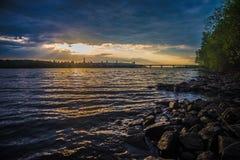 Mening over de rivier en cityscape van Drepr Dnieper bij Stock Foto's