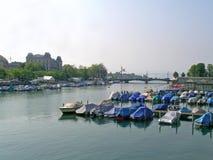 Mening over de rivier en Zürich van Limmat Stock Foto's