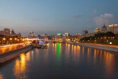 Mening over de rivier van Moskou, de dijken van Berezhkovskaya en Rostovskaya-in de avond, de zomer stedelijke cityscape Stock Fotografie