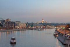 Mening over de rivier van Moskou, de dijken van Berezhkovskaya en Savvinskaya-in de avond, de zomer stedelijke cityscape Royalty-vrije Stock Fotografie