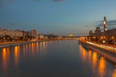 Mening over de rivier van Moskou, de dijken van Berezhkovskaya en Savvinskaya-in de avond, de zomer stedelijke cityscape Stock Foto's