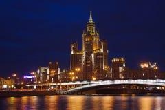 Mening over de rivier van Moskou in schemering royalty-vrije stock fotografie
