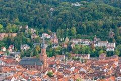 Mening over de rode daken van de oude stad van Heidelberg op de heuvel en de kabelbaan Stock Foto