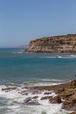 Mening over de rotsen van de kustlijn in oceaan Stock Foto