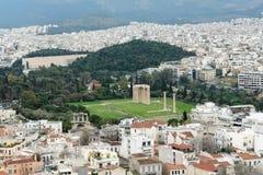 Mening over de stad van Athene en de ruïnes van de Tempel van Olympi stock afbeeldingen