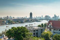 Mening over de stad van Bangkok langs Chao Praya River Royalty-vrije Stock Foto's