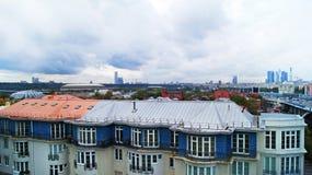 Mening over de stad van Moskou op een bewolkte dag Stock Fotografie
